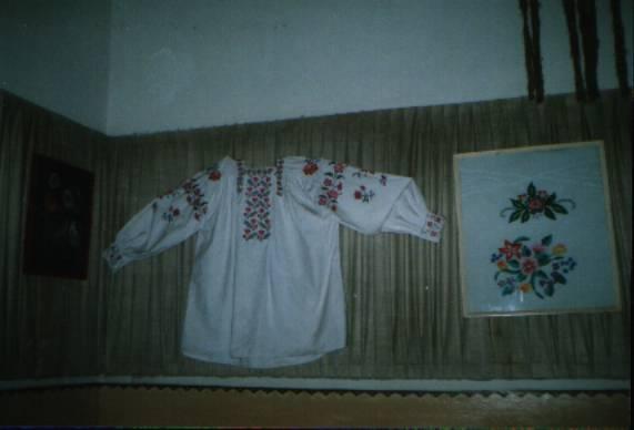 Експонати з експозиції шкільного музею. Фото вишитої сорочки